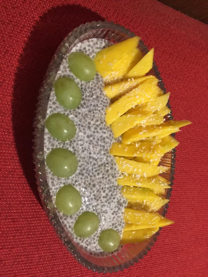 Chia Pudding mit Trauben und Ananasstreifen